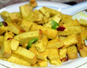Tofu Prajit cu Chili si Praf de Curry, stropit cu Lapte de Cocos
